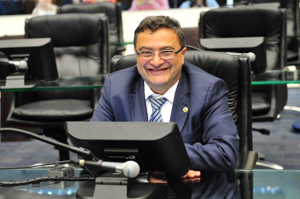 Deputado estadual desde fevereiro de 2019, Michele Caputo obteve votação expressiva nas eleições de 2018, sendo o único novo deputado eleito de sua coligação. Defensor da causa da Saúde, tem vasta experiência na área, inclusive tendo ocupado o cargo de Secretário de Estado da Saúde do Paraná. É farmacêutico e descendente de italianos.